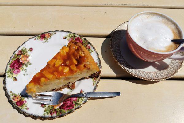 """Das Foto zeigt Apfelkuchen und Cappuccino auf der Sonnenterrasse des """"Unser Lieblingscafé"""" in Xanten"""
