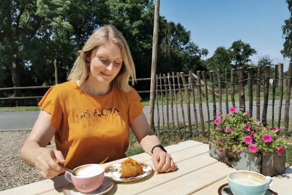 """Das Foto zeigt Katalina auf der Terrasse des """"Unser Lieblingscafé"""" in Xanten"""
