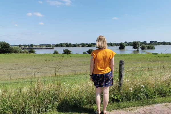 Das Foto zeigt Katalina auf dem Rheindamm in Xanten