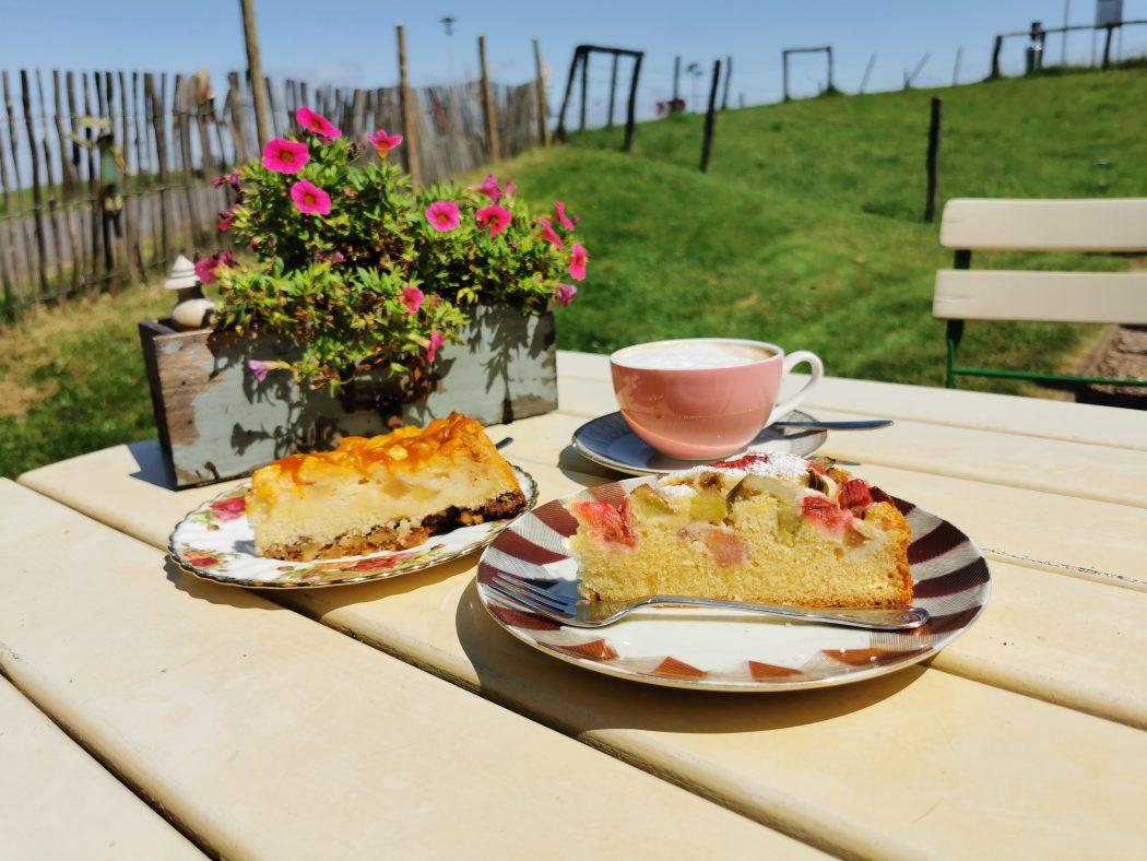"""Das Foto zeigt Kaffee und Kuchen auf der Sonnenterrasse des """"Unser Lieblingscafé"""" in Xanten"""