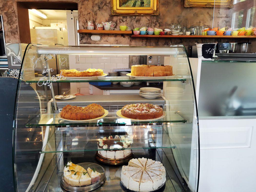 """Das Foto zeigt die Kuchentheke des """"Unser Lieblingscafé"""" in Xanten"""