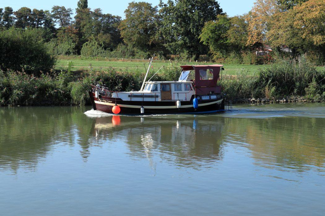 Das Foto zeigt ein Hausboot auf dem Datteln-Hamm-Kanal