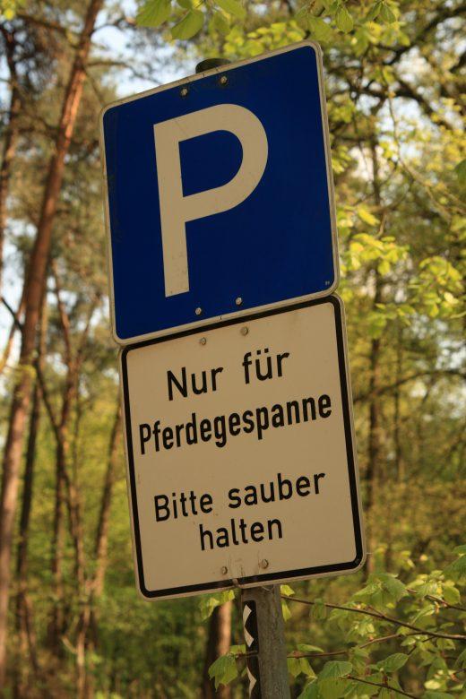 Das Foto zeigt ein Parkplatzschild bei Flaesheim