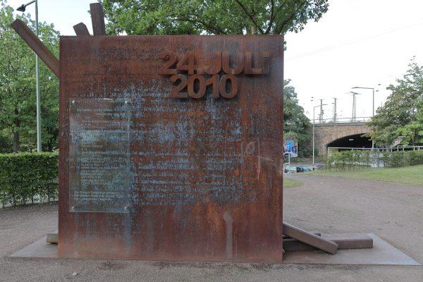 Das Foto zeigt das Denkmal zum Love Parade Unglück in Duisburg 2010