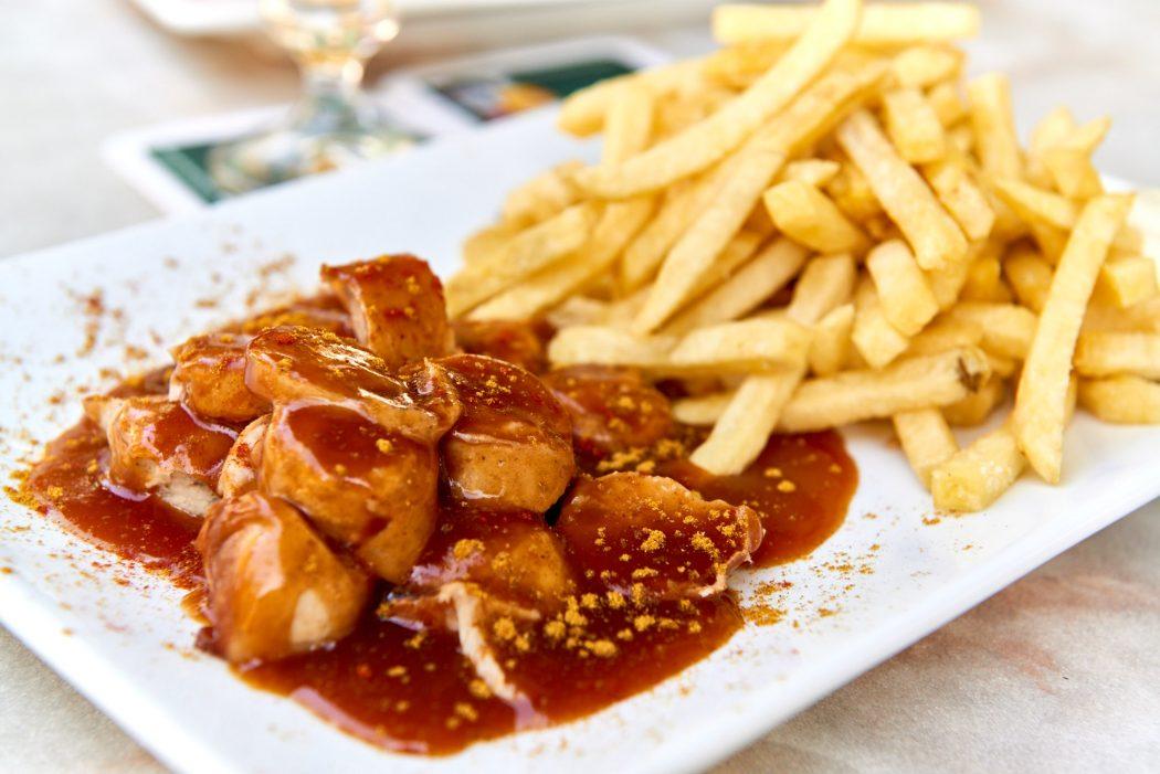 Das Foto zeigt Currywurst-Pommes im Ruhrgebiet