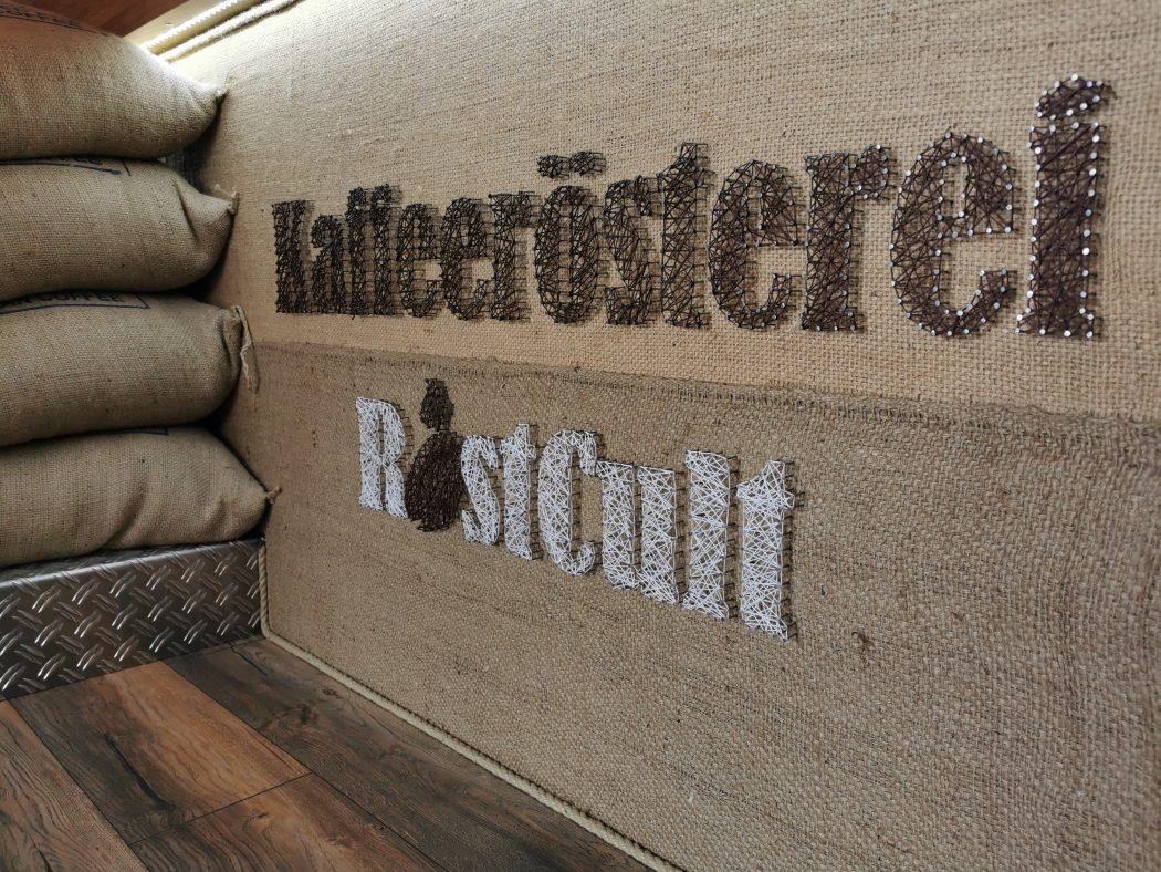 Das Foto zeigt die Thekendekoration der Kaffeerösterei RöstCult in Duisburg