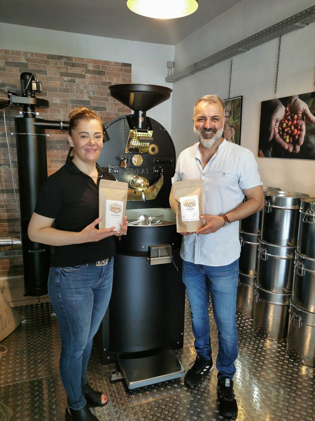 Das Foto zeigt Hüsniye und Erdal Öktas, die Betreiber der Kaffeerösterei RöstCult in Duisburg