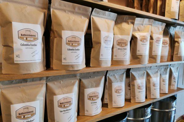 Das Foto zeigt abgepackte Kaffeebohnen der Kaffeerösterei RöstCult in Duisburg