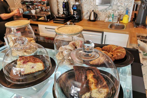 Das Foto zeigt die Kuchenauswahl der Kaffeerösterei RöstCult in Duisburg