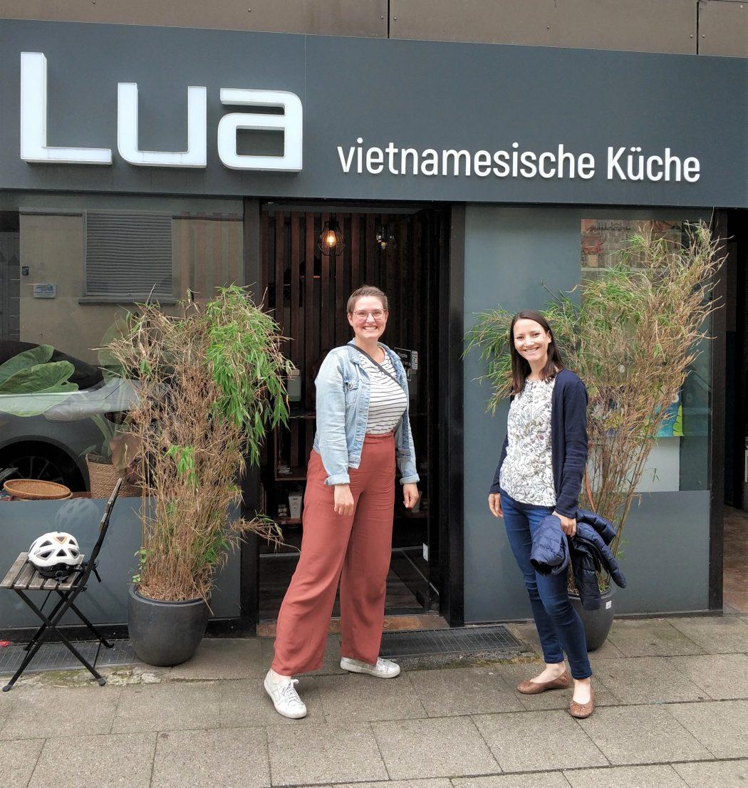 Das Foto zeigt Laura und Johanna vorm LUA in Essen
