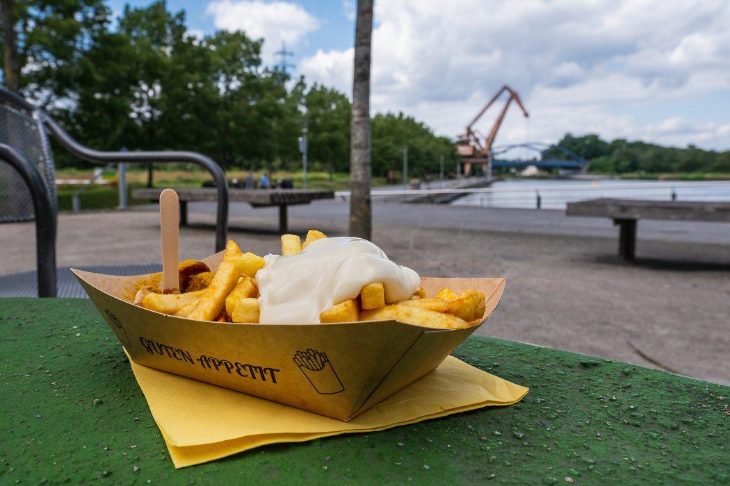 Das Foto zeigt Currywurst-Pommes am Preußenhafen in Lünen