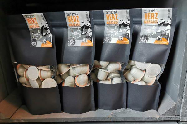 Das Foto zeigt voll kompostierbare Kaffeekapseln der Kaffeerösterei Mahlgrad in Kamp-Lintfort