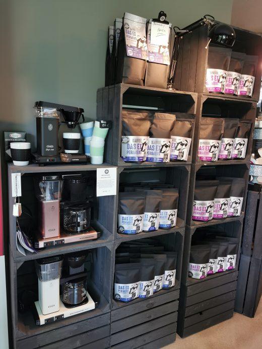 Das Foto zeigt Kaffeesorten und -zubehör im Mahlgrad-Store Oberhausen