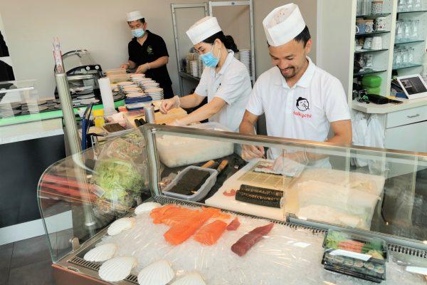 Das Foto zeigt den Sushi Meister Quang und sein Team beim Sushi machen im Daikychi in Bottrop