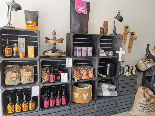 Das Foto zeigt Kaffeesorten und -zubehör sowie Pottkorn im Mahlgrad-Store Oberhausen