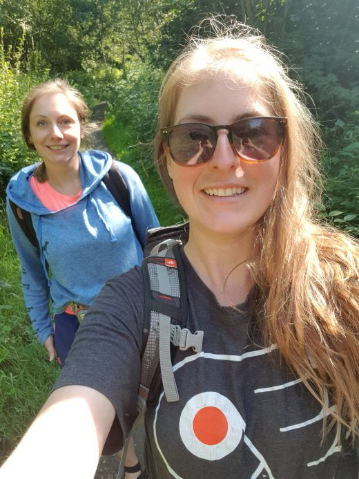 Das Foto zeigt Melissa und ihre Schwester auf dem Kettwiger Panoramasteig