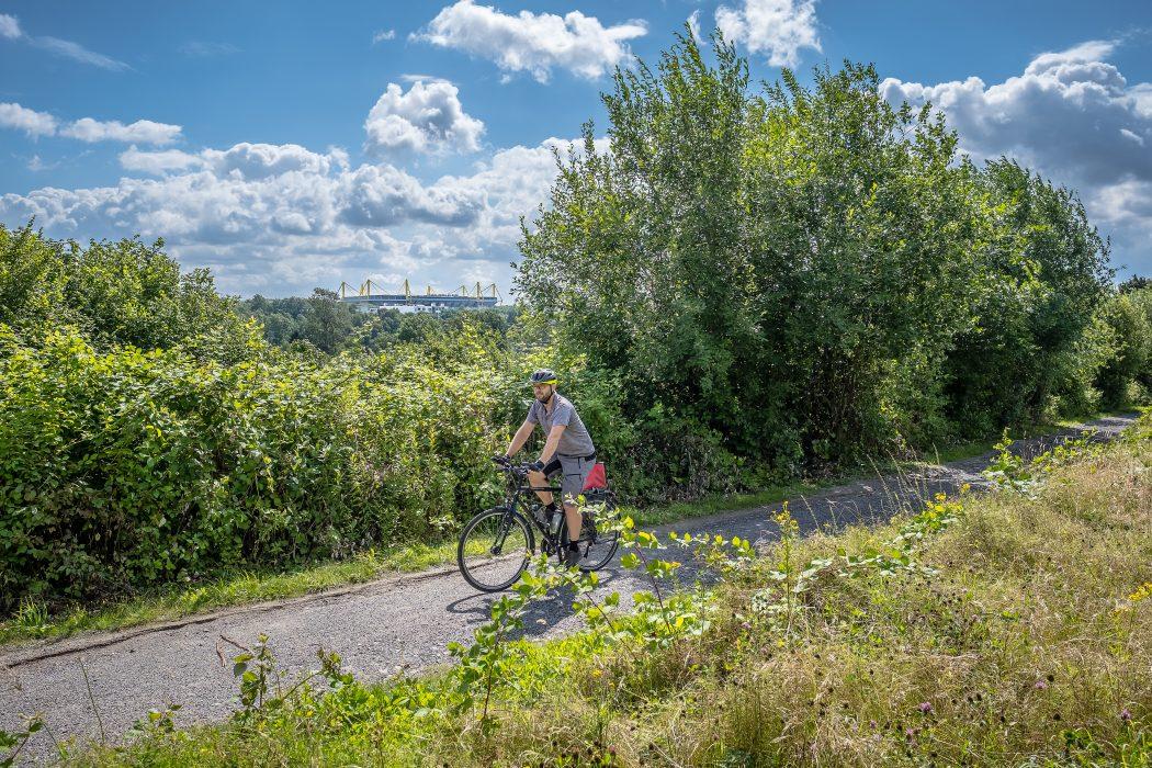 Das Foto zeigt Jochen bei seiner Radtour durch Dortmund mit Blick auf den Signal Iduna Park