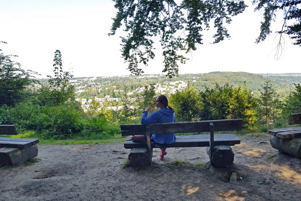 Das Foto zeigt Melissas Schwester an einem Rastplatz auf dem Kettwiger Panoramasteig mit Blick auf Essen