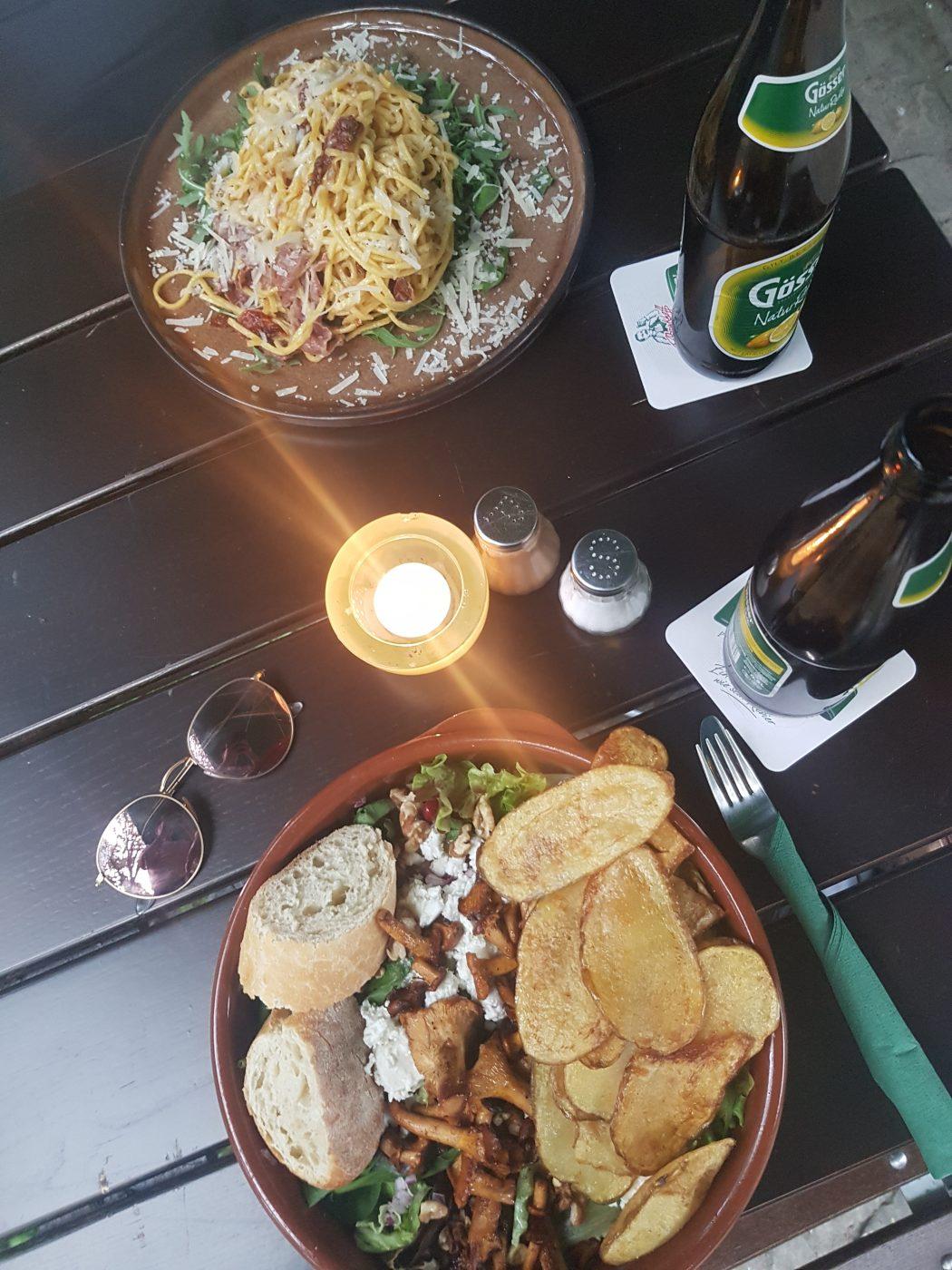 Das Foto zeigt einen Salat und Nudeln im Grünen Salon in Dortmund