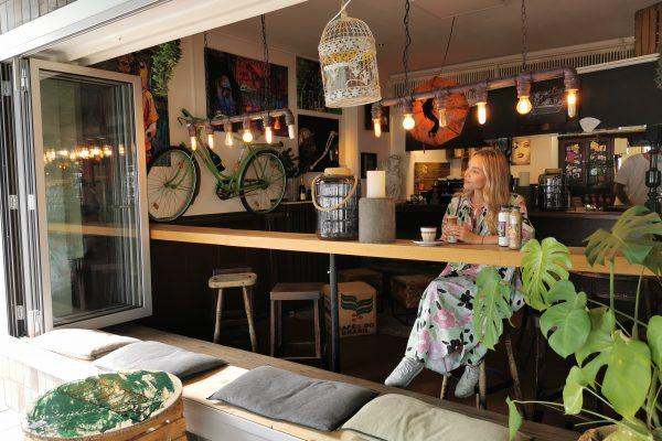 Das Foto zeigt Sandra in der Kaffeerösterei ODIBA in Gelsenkirchen