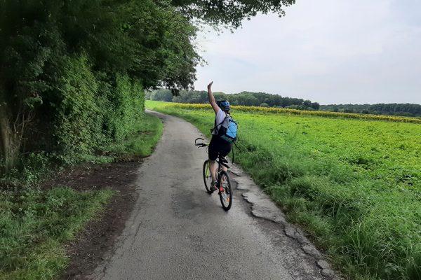 Das Foto zeigt Frauke beim Radfahren
