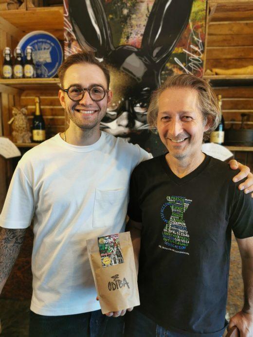 Das Foto zeigt die beiden Betreiber Josef junior und Josef senior der Kaffeerösterei ODIBA in Gelsenkirchen