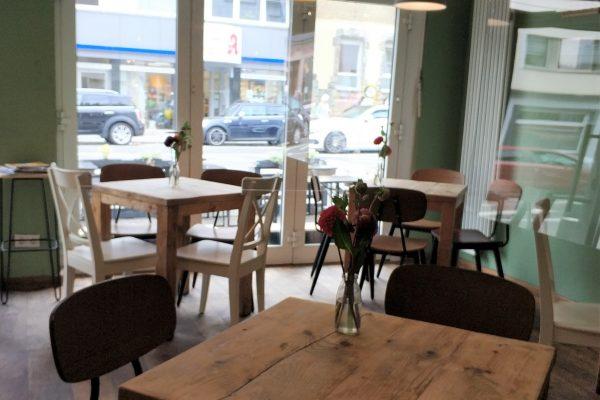 Das Foto zeigt urige Holzmöbel im Bugerladen Tofino in Essen