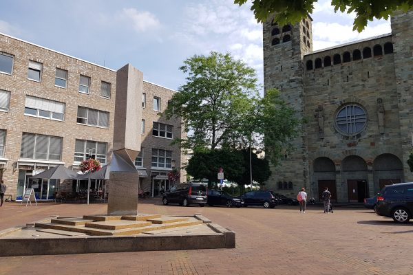 Das Foto zeigt die Brunnenskulptur aus dem Jahr 1990 auf dem Rathausplatz in Unna