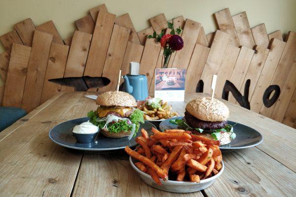 Das Foto zeigt Burger und Pommes im Tofino in Essen