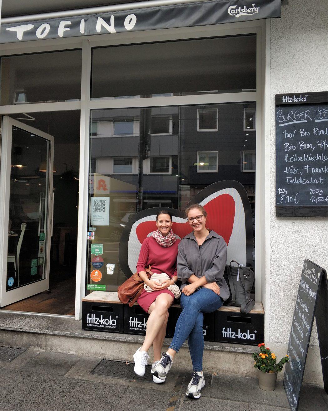 Das Foto zeigt Laura und Christin vorm Tofino in Essen