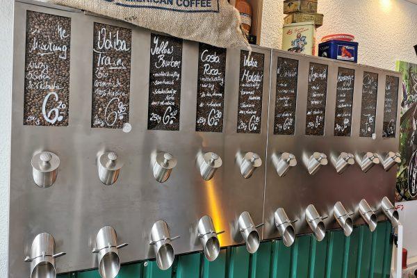 Das Foto zeigt die Die Abfüllstation der Kaffeebohnen der Kaffeerösterei ODIBA in Gelsenkirchen im Retro-Look