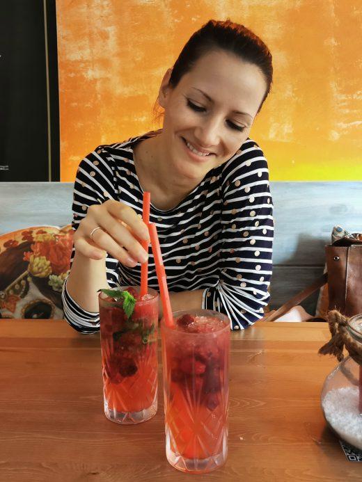 Das Foto zeigt Laura mit alkoholfreien Cocktails in der TequilaRia in Bochum