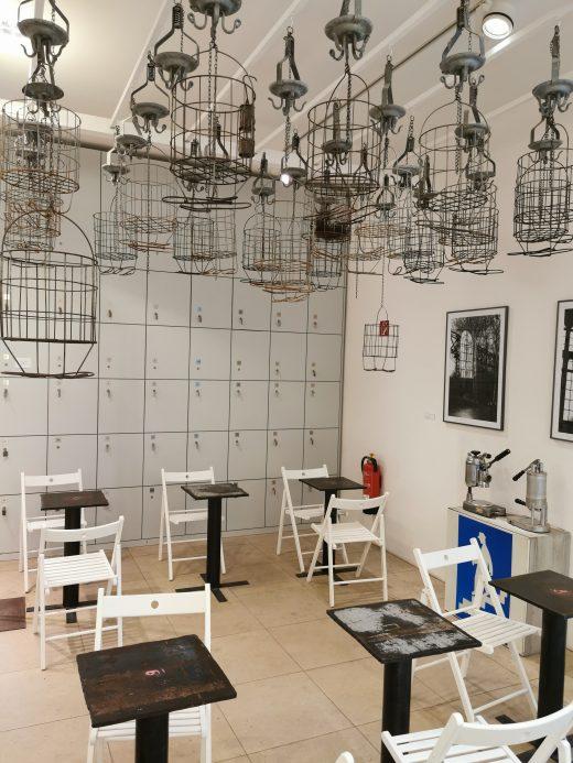 Das Foto zeigt den Cafébereich der Kaffeerösterei Baristoteles in Bochum im Bergbau-Ambiente