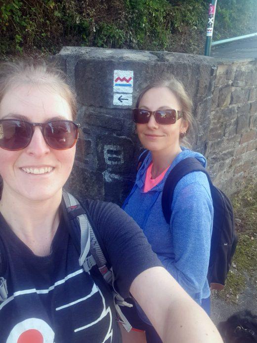 Das Foto zeigt Melissa und ihre Schwester am Start der Wanderung auf dem Kettwiger Panoramasteig