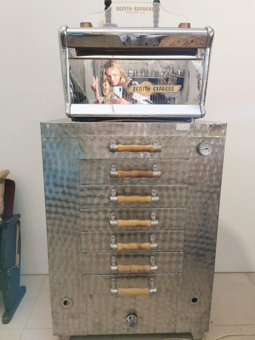 Das Foto zeigt eine alte Kaffeemaschine in der Kaffeerösterei Bristoteles in Bochum