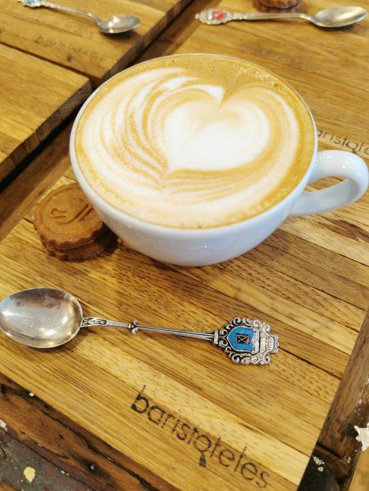 Das Foto zeigt einen perfekten Cappuccino in der Kaffeerösterei Bristoteles in Bochum