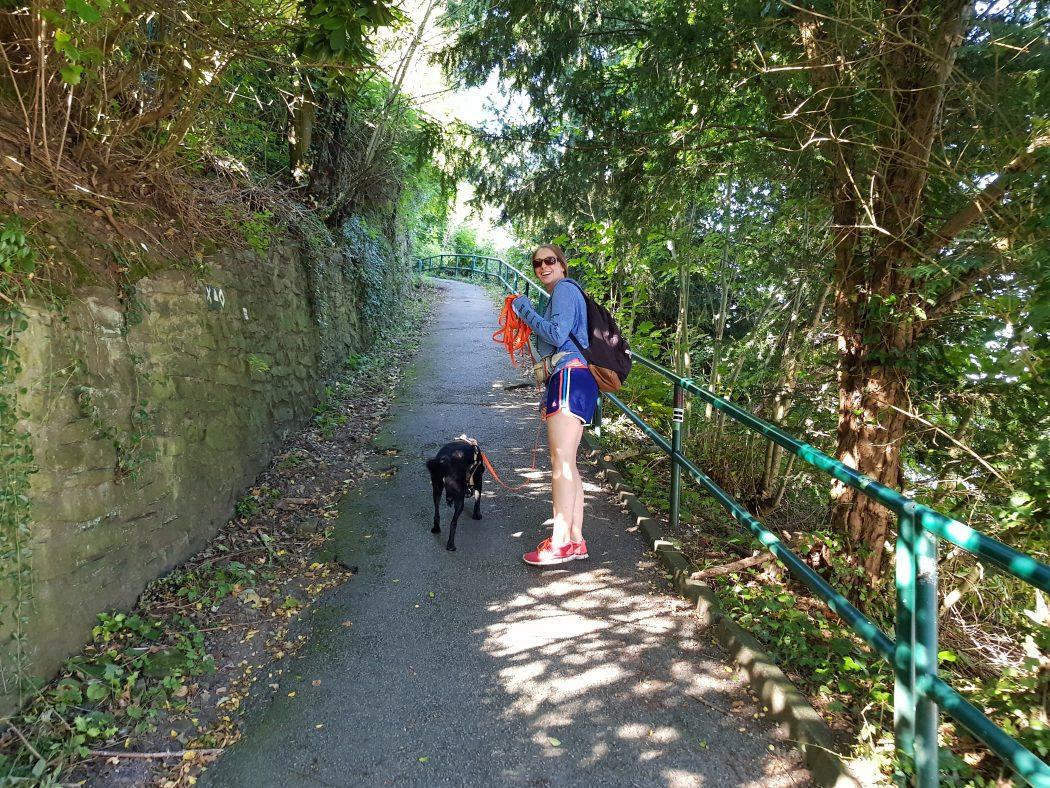 Das Foto zeigt Melissas Schwester mit Hund auf dem Kettwiger Panoramasteig