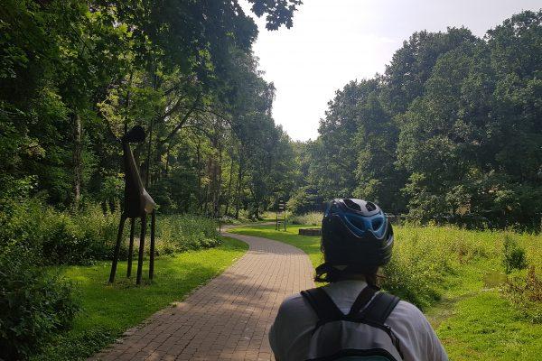 Das Foto zeigt Frauke auf dem Klangweg in Bornekamp