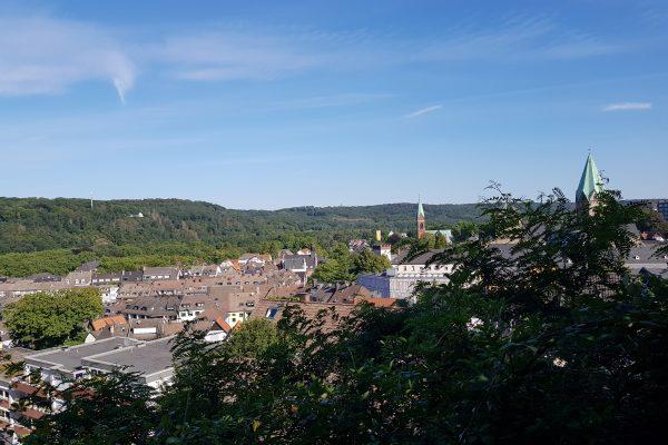 Das Foto zeigt den Ausblick vom Kettwiger Panoramasteig auf Essen-Werden