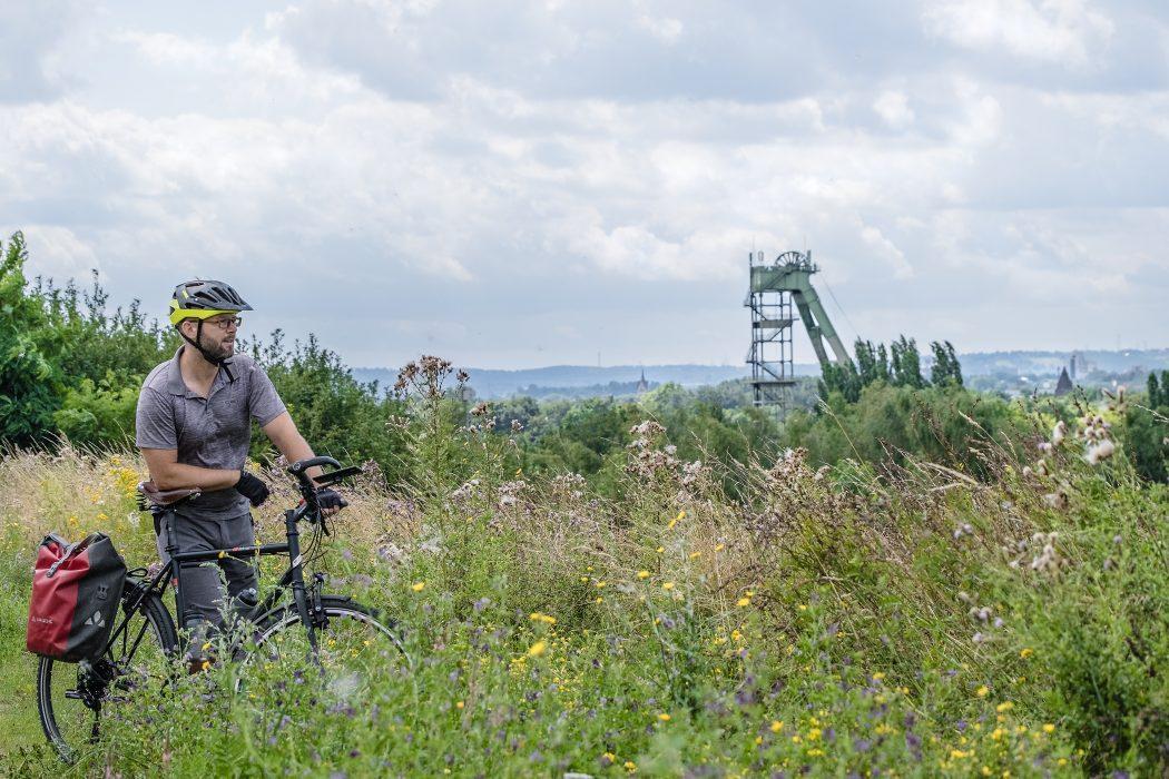 Das Foto zeigt Jochen bei seiner Radtour durch Dortmund auf dem Deusenberg mit Blick auf die Zeche Hansa