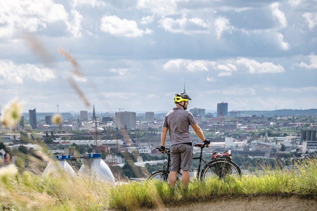 Das Foto zeigt Jochen bei seiner Radtour durch Dortmund mit Ausblick auf die Skyline von Dortmund