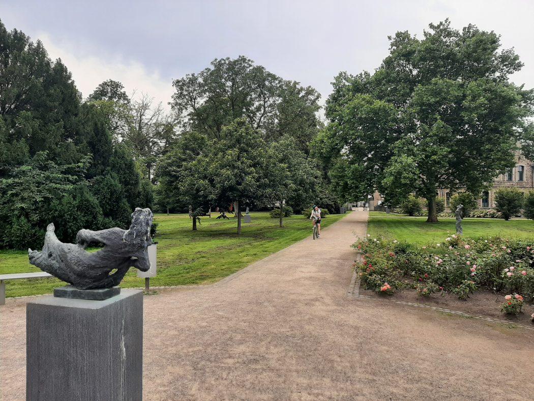 Das Foto zeigt den Skulpturenpark des Haus Opherdicke in Holzwickede