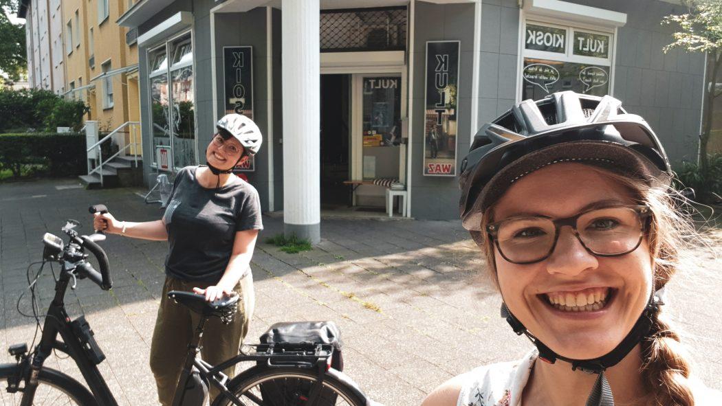 Das Foto zeigt Johanna und Christin vor einer Bude im Ruhrgebiet