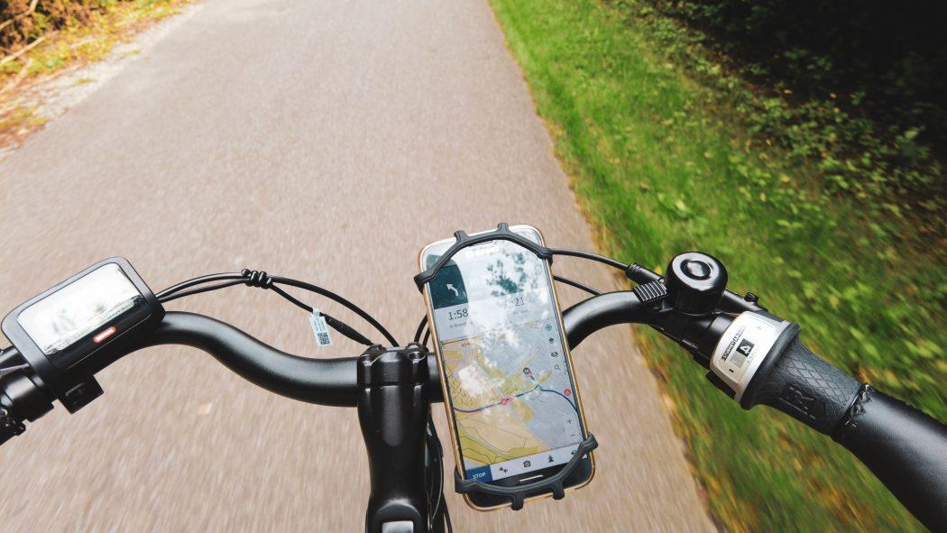 Das Foto zeigt ein Fahrrad mit Navigations-App auf dem Handy