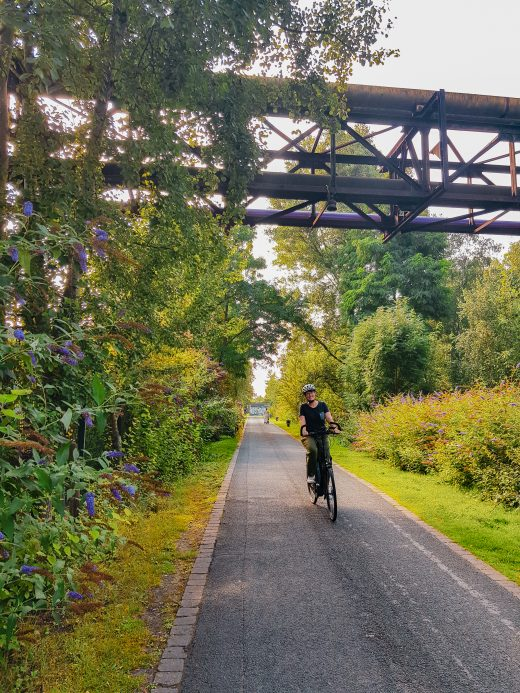 Das Foto zeigt Johanna auf der Erzbahntrasse
