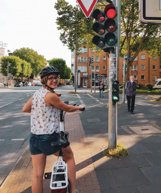 Das Foto zeigt Christin auf einem Radweg in der Innenstadt von Bochum