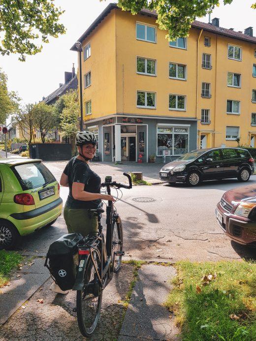 Das Foto zeigt Johanna mit Fahrrad am Kultkiosk am Freigrafendamm in Altenbochum