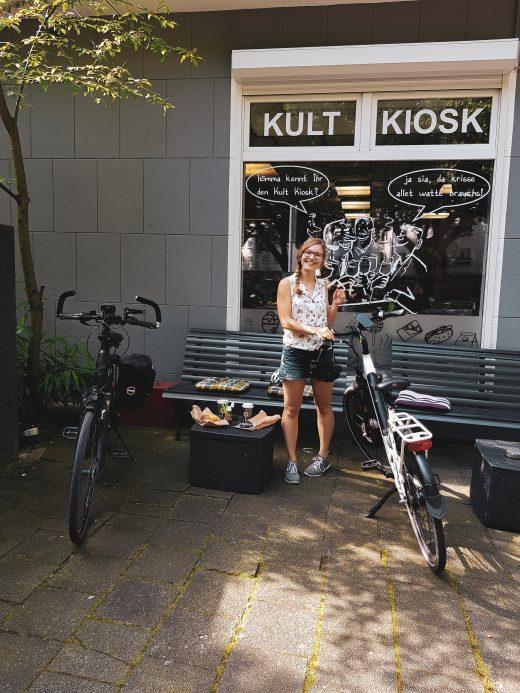 Das Foto zeigt Christin mit Fahrrädern am Kultkiosk am Freigrafendamm in Altenbochum