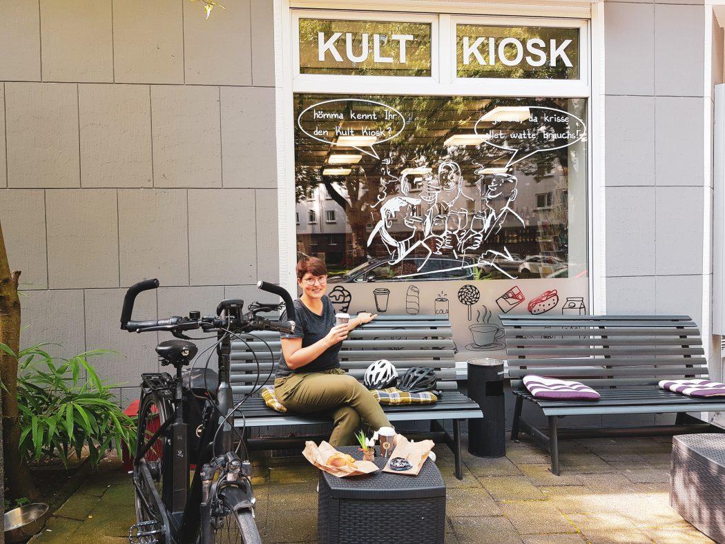 Das Foto zeigt Johanna mit Kaffee und Brötchen am Kultkiosk am Freigrafendamm in Altenbochum