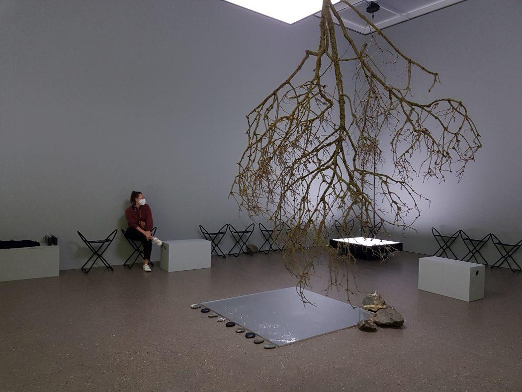 """Das Foto zeigt Frauke bei der Performance innerhalb der Ausstellung """"Global Groove"""" im Museum Folkwang bei der Ruhrtriennale"""